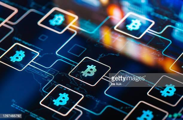 デジタル画面でのネットワーク概念のビットコイン - 仮想通貨マイニング ストックフォトと画像