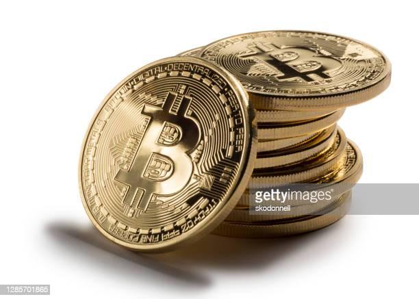 bitcoin stack op witte achtergrond - bitcoin stockfoto's en -beelden