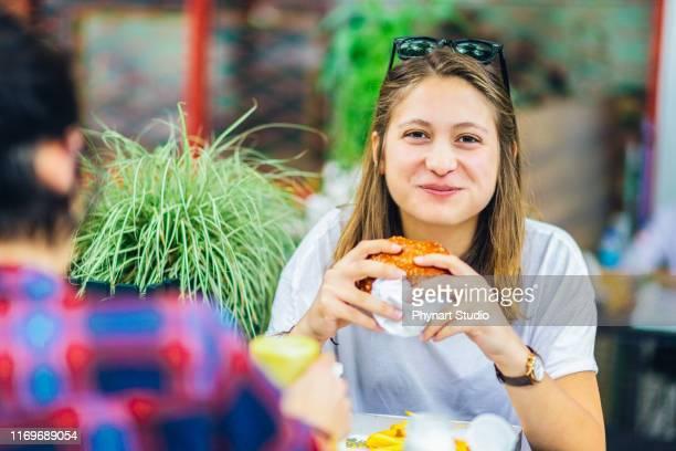 ein biss erider reicht aus, um glücklich zu machen - junge frau allein stock-fotos und bilder