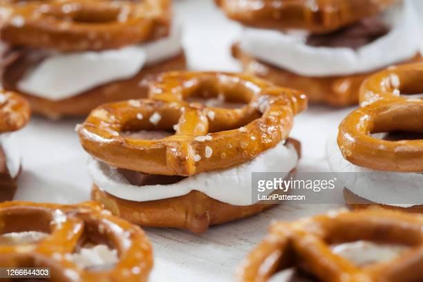 一口サイズプレッツェルスモアズ - 塩味スナック ストックフォトと画像