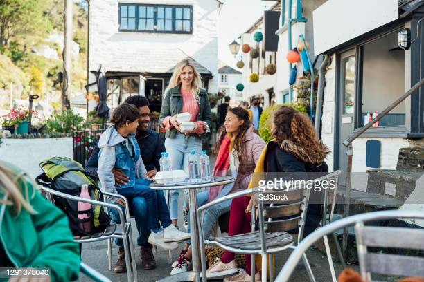 a bite to eat in the fresh air - tourist stock pictures, royalty-free photos & images