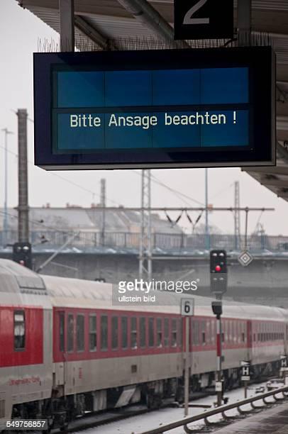 Bitte Ansage beachten steht auf der elektronischen Anzeigetafel auf dem SBahnsteig des Bahnhofes BerlinLichtenberg Ursache für die Verspätungen und...