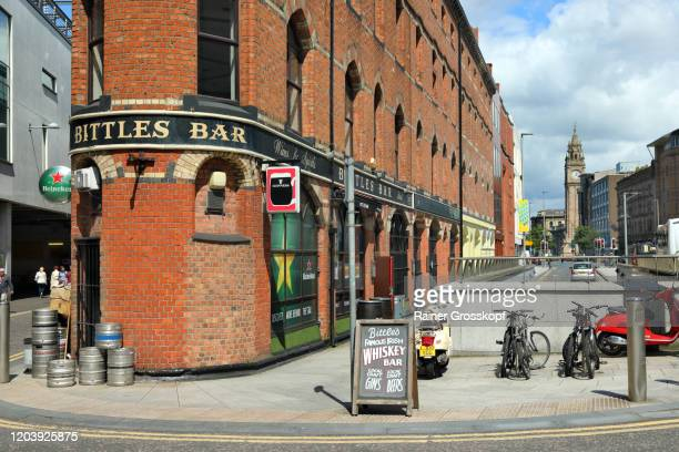 bittles bar in a 'flat-iron' shaped brick building - rainer grosskopf stock pictures, royalty-free photos & images