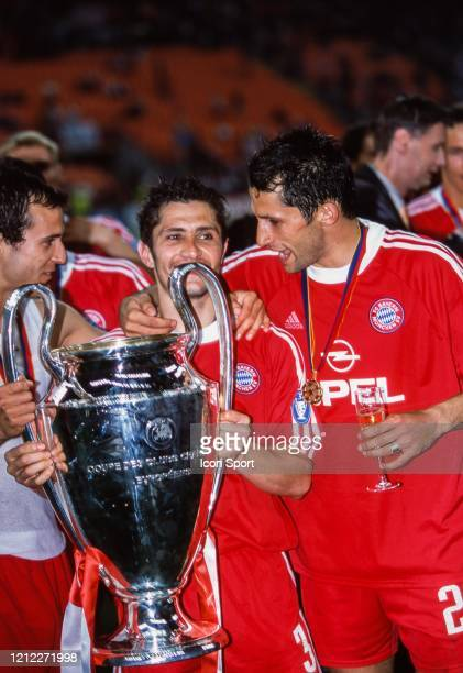 Bixente LIZARAZU Hasan SALIHAMIDZIC of Bayern Munich celebrate the victory with the trophy during the UEFA Champions League Final match between...
