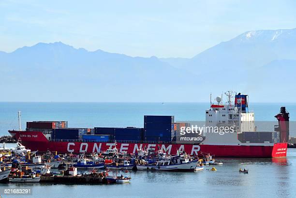 béjaïa, algérie: un cargo quitte le port - kabylie photos et images de collection