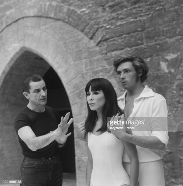 Béjart aux côtés de la danseuse japonaise Asakawa et du danseur Donn, à Avignon, France, le 29 juillet 1967.