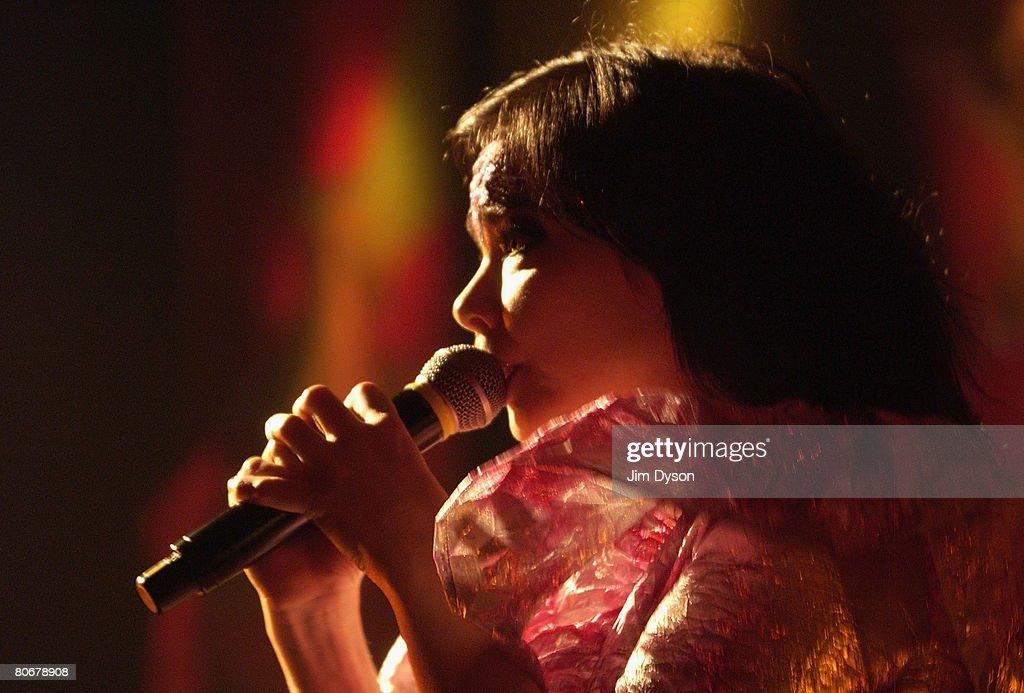 Bjork Performs At Hammersmith Apollo : News Photo