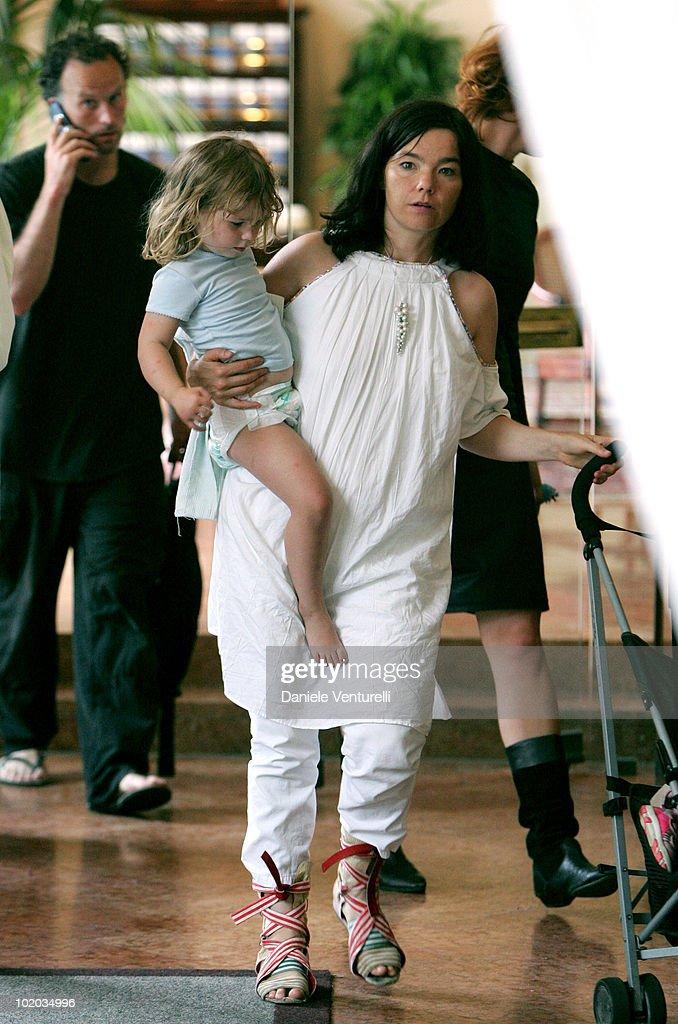 Bjork with daughter Isadora and Matthew Barney News Photo ...