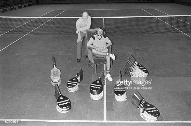 Bjorn Borg In Sweden Stockholm janvier 1979 Le tennisman Bjorn BORG et son entraineur Lennart BERGELIN posent au milieu de ses raquettes empilées sur...