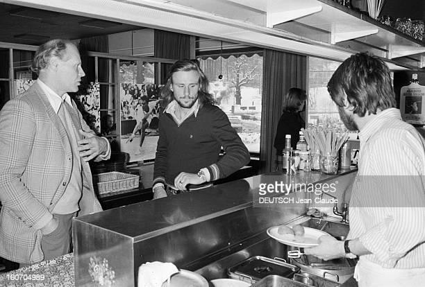 Bjorn Borg In Sweden Stockholm janvier 1979 Le tennisman Bjorn BORG et son entraineur Lennart BERGELIN sont au selfservice du Royal Tennis Club