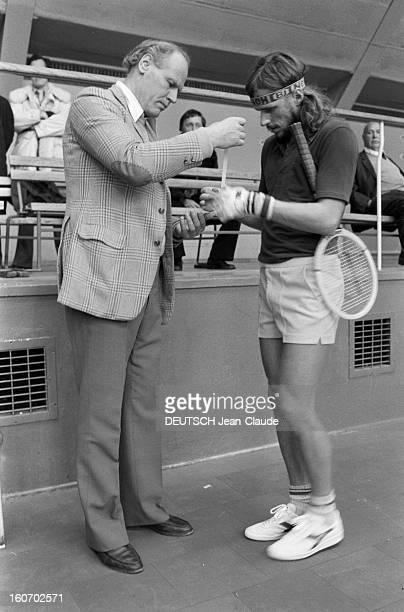 Bjorn Borg In Sweden Stockholm janvier 1979 L'entraineur Lennart BERGELIN met un pansement sur une ampoule que le tennisman Bjorn BORG a sur une main...
