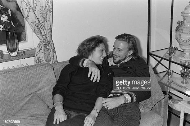 Bjorn Borg In Sweden. Suède, janvier 1979. Le tennisman Bjorn BORG tient tendrement dans ses bras sa fiancée Mariana SIMIONESCU, assis sur un canapé.