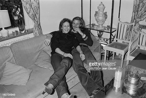 Bjorn Borg In Sweden Suède janvier 1979 Le tennisman Bjorn BORG tient tendrement dans ses bras sa fiancée Mariana SIMIONESCU assis sur un canapé