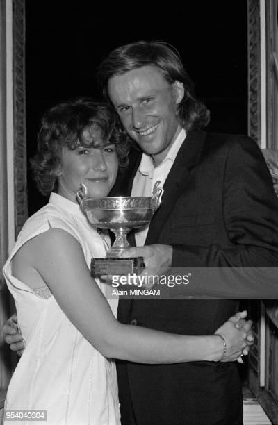 Björn Borg célèbre sa 6ème victoire à Roland-Garros en compagnie de sa femme Mariana Simionescu à paris le 7 juin 1981, France.