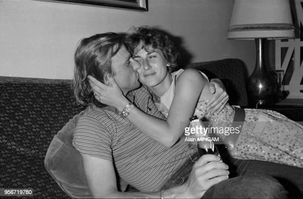Björn Borg célèbre sa 6ème victoire à RolandGarros en compagnie de sa femme Mariana Simionescu à paris le 7 juin 1981 France