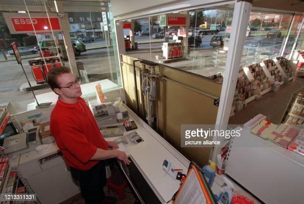 Björn Heidke demonstriert am 18.2.1997 in einem Verkaufsraum einer Tankstelle in Hamburg-Bahrenfeld eine automatische Trennwand, die innerhalb einer...