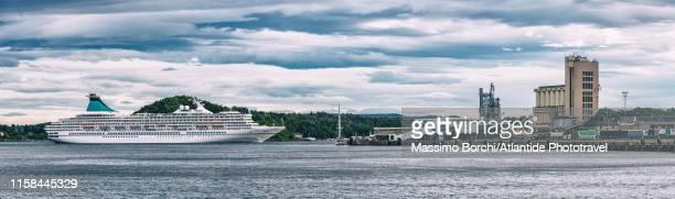 bjørvika, a cruise boat and the town - image stockfoto's en -beelden