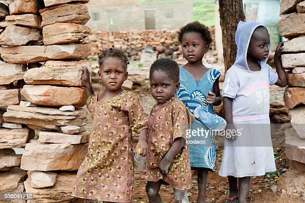ブラックのお子様に、アフリカの田舎の生活 - sos ストックフォトと画像