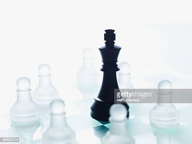 ブラックとガラスのチェス個 - 囲む ストックフォトと画像