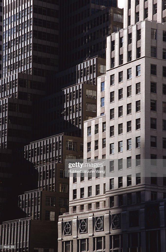 black and gray windowed skyscraper buildings rise like steps : Foto de stock