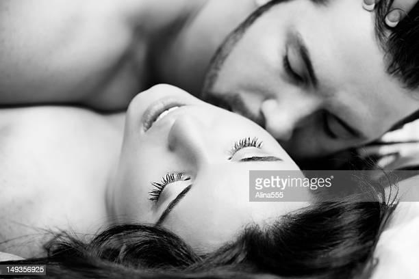 Noir et blanc portrait d'un couple boudoir