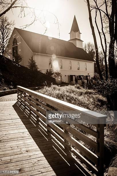 Noir et blanc Église soleil brille un pont des rayons lumineux