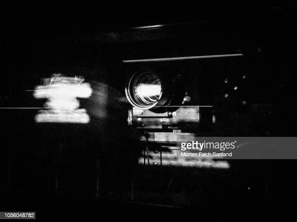black and white close up shot of a cinema projector in oslo, norway wintertime - preestreno fotografías e imágenes de stock