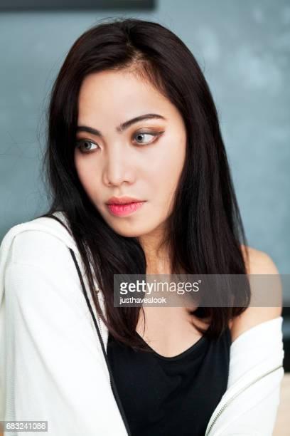 moda blanco y negro modelado con transexuales - kathoey fotografías e imágenes de stock