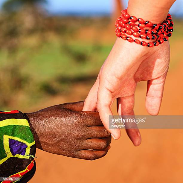 Schwarz und Weiß Hände halten
