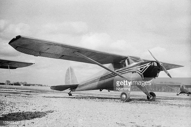 ブラックとホワイトの画像、古い飛行機ます。