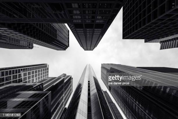 black and white, looking up, hyatt center, chicago, illinois, america - horizonte urbano imagens e fotografias de stock