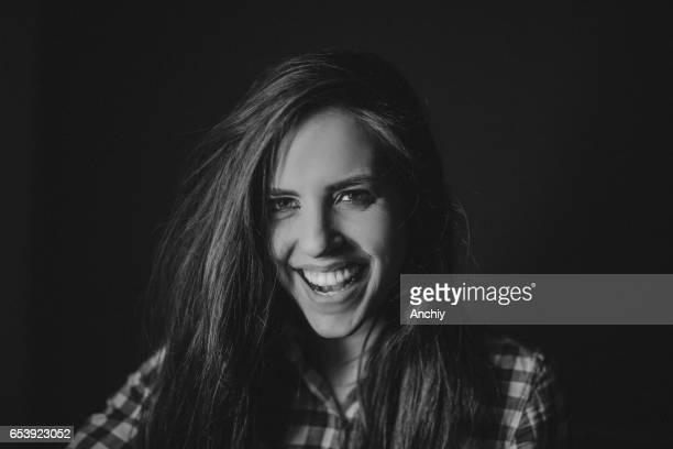 Zwart-wit foto van prachtige jonge vrouw met mooie glimlach