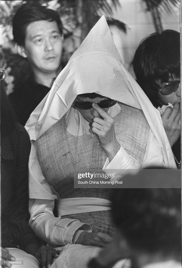 Black and white photo.  Widow of Bruce Lee Siu-lung, Linda Lee Cadwell, is accompanied by the friends and relatives at the funeral of the famous kungfu actor.  25 July 1973 : Fotografia de notícias