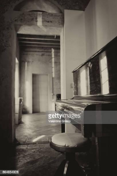 black and white piano - pianoforte in bianco e nero - bianco e nero stockfoto's en -beelden