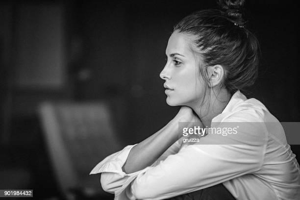 schwarz-weiß-porträt einer nachdenklichen jungen frau in weißem hemd - monochrom stock-fotos und bilder
