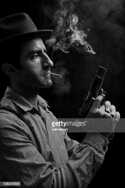 Preto e Branco Retrato de Membro de Gangue segurando Arma