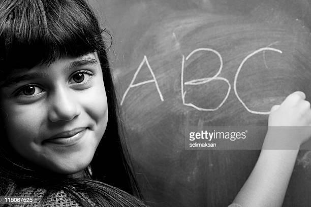preto e branco retrato da menina alfabeto de aprendizagem - b fotos - fotografias e filmes do acervo