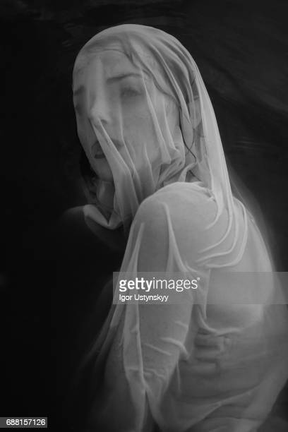 black and white portrait of woman in white dress in the water - wedding veil - fotografias e filmes do acervo