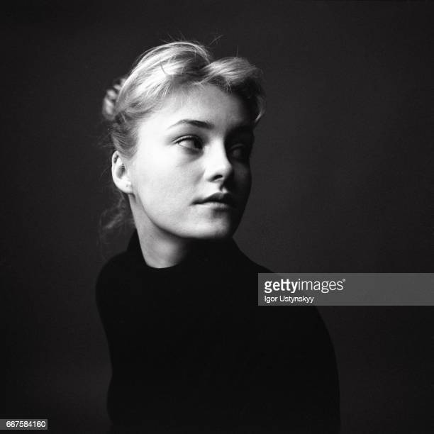 black and white portrait of woman on the black background - europäischer abstammung stock-fotos und bilder