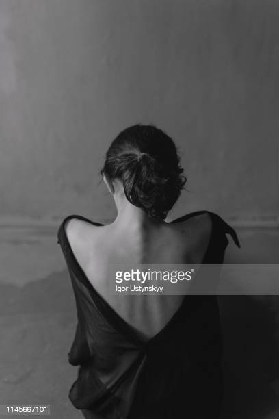 black and white portrait of young woman - anorexia nervosa stockfoto's en -beelden