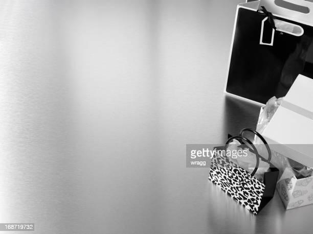 Schwarze und weiße Einkaufstaschen in Silber