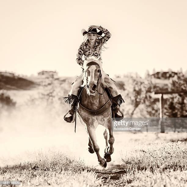 Blanco y negro foto de mujer joven con caballo