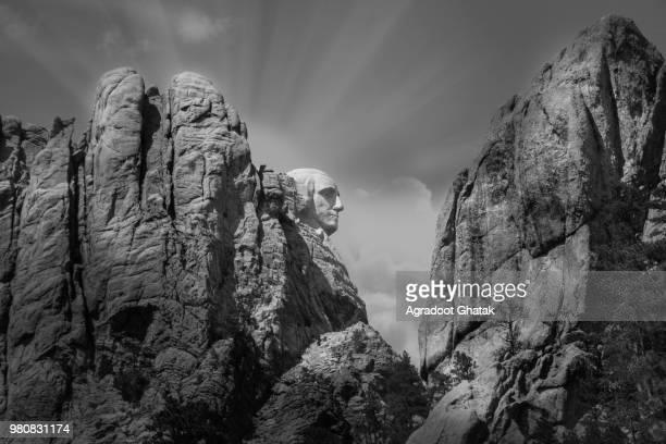 black and white view of mount rushmore, keystone, south dakota, usa - hügelkette stock-fotos und bilder