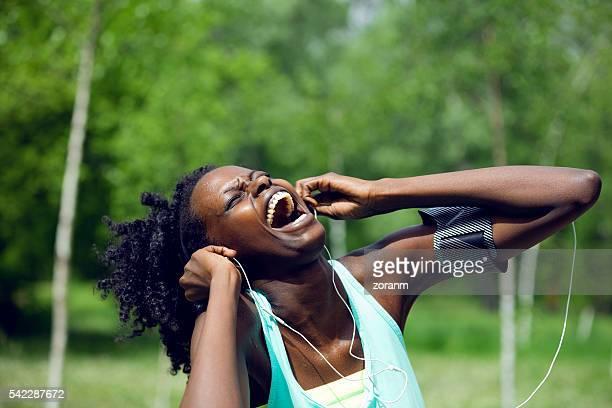 Athlète noire en chantant