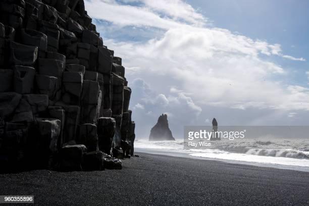 black beach and basalt columns at vik - iceland. - falaise photos et images de collection