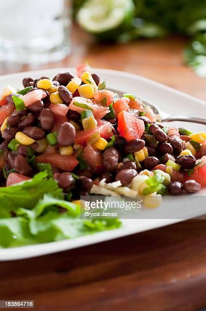 ブラックの豆サラダ白のプレート垂直