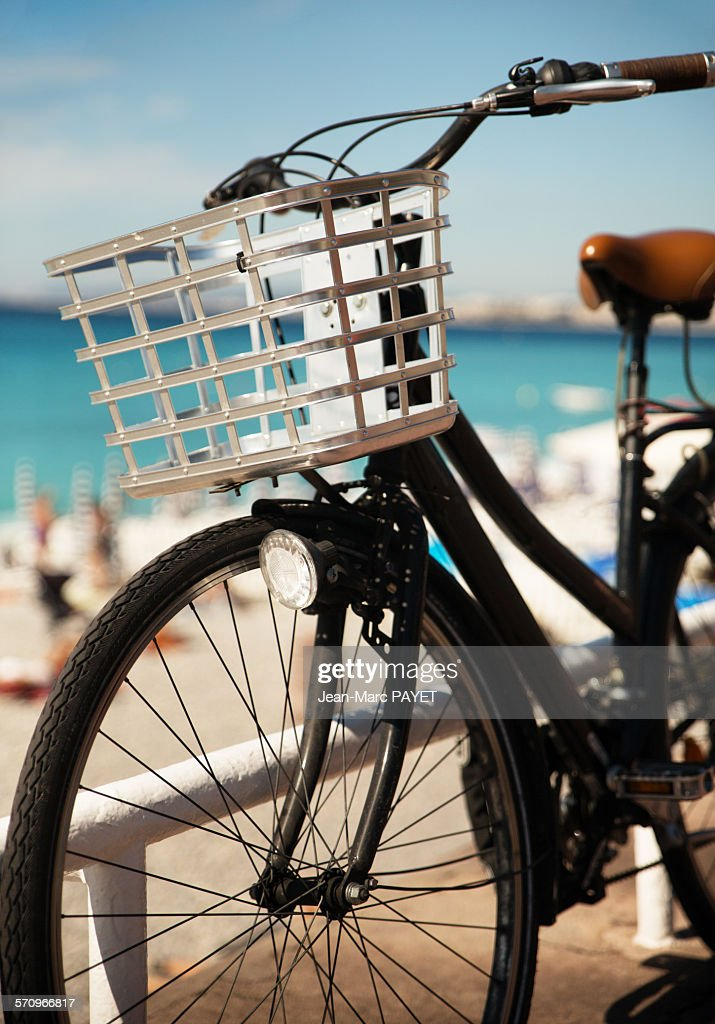Black bicycle at seashore : Photo