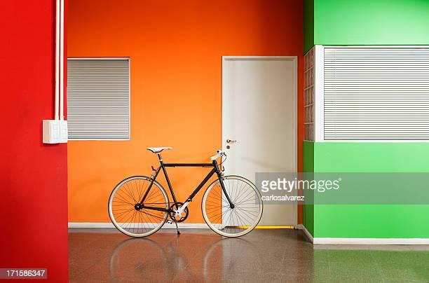 Black Fahrrad im Büro.