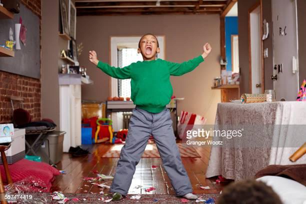 black boy shouting in living room - gritar fotografías e imágenes de stock