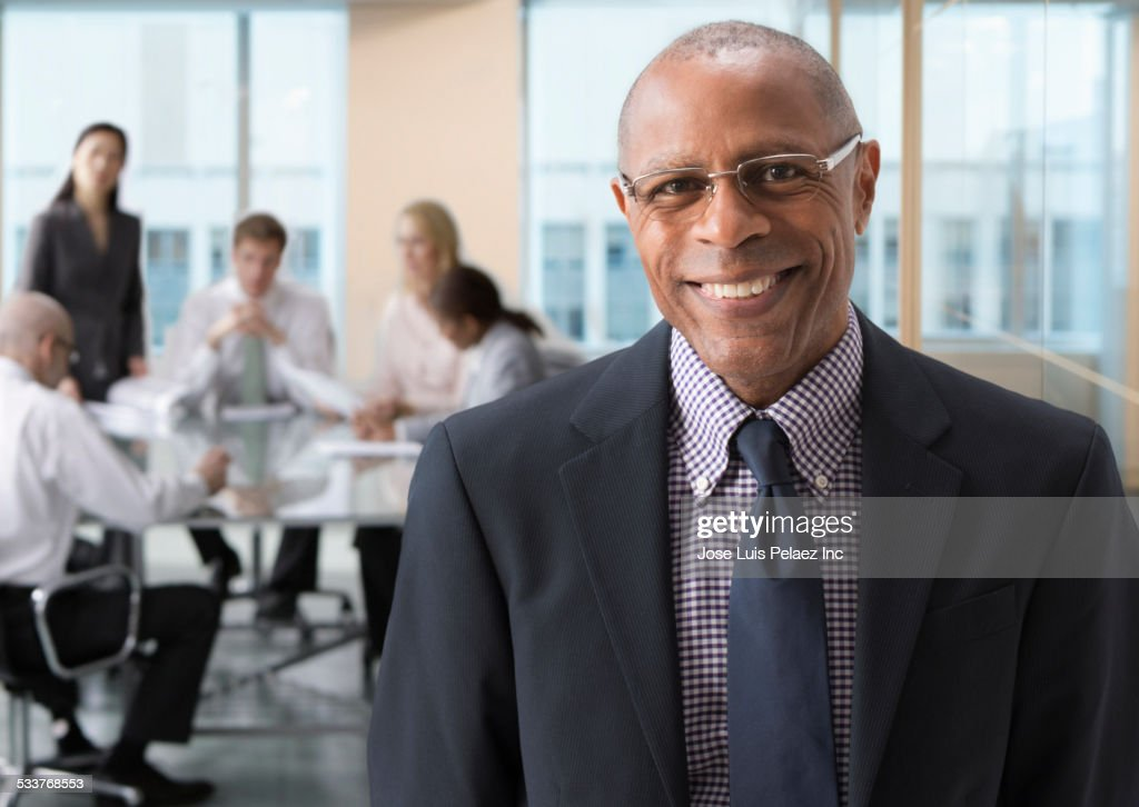 Black businessman smiling in office : Foto stock